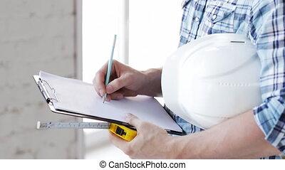 aannemer, met, het meten van band, op, bouwterrein
