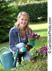 aanplant, vrouw, tuin, vrolijk, blonde , bloemen