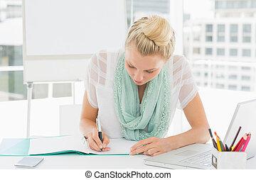 aantekeningen te schrijven, ongedwongen, vrouw, jonge