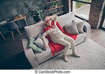 aantrekkelijk, baksteen, hoek, bekijk huis, ziek, kostuum, plat, ziek, moe, stijl, bovenzijde, het liggen, interieur, gray-haired, boven, divan, zij, moderne, hoog, industriebedrijven, vervelend, aardig, oma, zolder, rood, haar