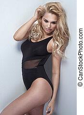 aantrekkelijk, blonde, meisje, met, lang, krullebol, posing.