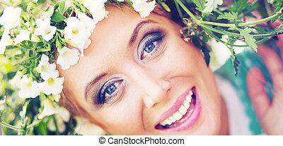aantrekkelijk, blonde, met, kleurrijke, krans, op het hoofd