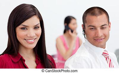 aantrekkelijk, businesswoman, het glimlachen, op, de, fototoestel