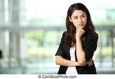 aantrekkelijk, businesswoman, met, haar, gekruiste wapens