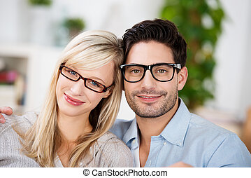 aantrekkelijk, jong paar, het voeren bril