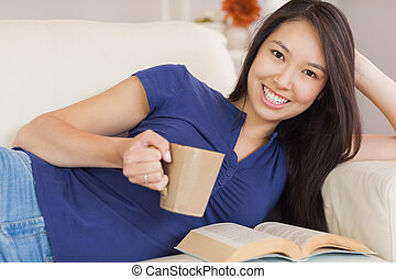 aantrekkelijk, jonge, aziatische vrouw, het liggen