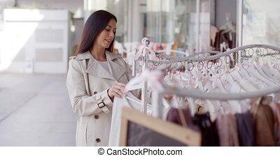 aantrekkelijk, jonge vrouw , shoppen , voor, kleding