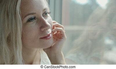 aantrekkelijk, kijkende vrouw, in, de, venster, van, de, trein