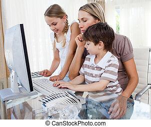 aantrekkelijk, moeder, onderwijs, haar, kinderen, hoe, om te, gebruiken, een, computer