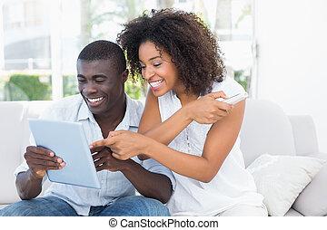 aantrekkelijk, paar, bankstel, het kijken, tablet, samen, ...