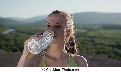 aantrekkelijk, sportende, meisje, drinkt, koud water, na, rennende , in, de, berg, in, de, vers zenden uit, gedurende, zonnig, day., mooi, fitness, atleet, vrouw, drinkwater, na het werk, uit, gezondheid, en, sportende