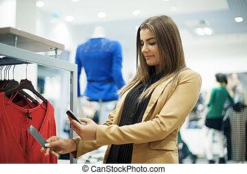 aantrekkelijk, vrouw, controleren, streepjescode, in, het winkelen wandelgalerij