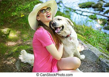 aantrekkelijk, vrouw, spelend, met, mooi en gracieus, dog