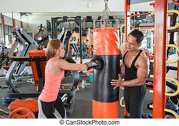 aantrekkelijk, vrouwlijk, het stompen, een, zak, met, trainer