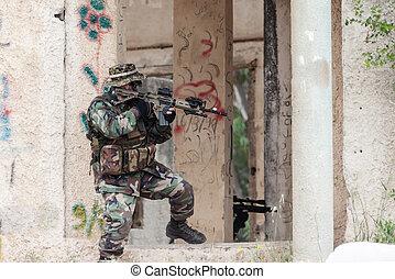 aanvallend, militair, man, met, een, geweer