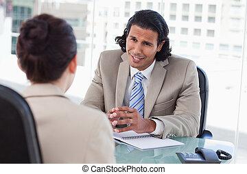 aanvrager, directeur, het interviewen, vrouwlijk, het glimlachen