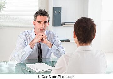 aanvrager, directeur, het interviewen, vrouwlijk, serieuze