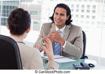aanvrager, directeur, het interviewen, vrouwlijk, vrolijke