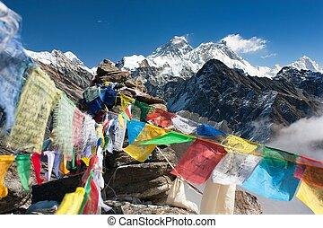 aanzicht, van, everest, van, gokyo, ri, met, gebed, vlaggen, -, nepal