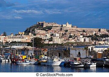 aanzicht, van, zee, van, milazzo, stad, in, sicilië, italië, met, middeleeuws, kasteel, op, heuveltop