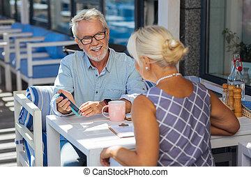 aardig, blij, oudere man, gebruik, moderne technologie