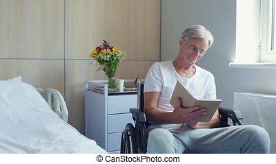 aardig, oud, bemannen lees, boek, in, een, ziekenhuis afdeling