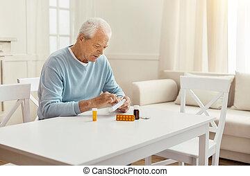 aardig, oudere man, het houden een doos, met, pillen