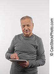 aardig, oudere man, het houden van een tablet