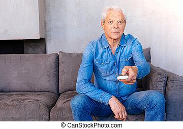 aardig, oudere man, vasthouden, een, afstandsbediening