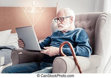 aardig, oudere man, vasthouden, een, draagbare computer
