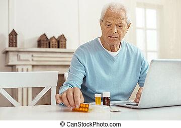 aardig, oudere man, zittende , voor, de, draagbare computer