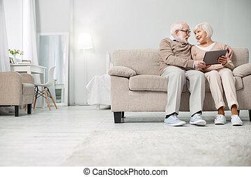 aardig, oudere paar, gebruik, een, tablet