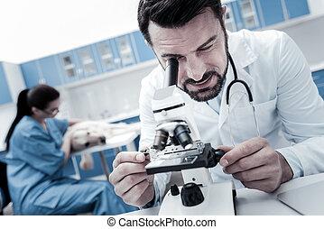 aardig, smart, man, gebruik, een, microscoop