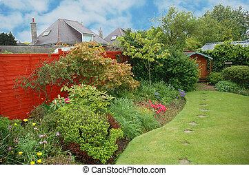 aardig, tuin, met, bloemen, en, groen gazon