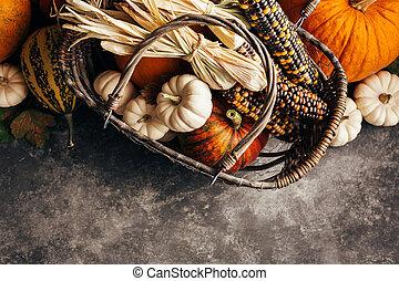 abóboras, e, milho, em, a, cesta, topo, vista.
