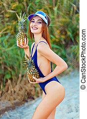 abacaxis, mar, ilha, dois, tropicais, costa, segurando, modelo, monokini, menina