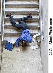abajo, caer, escaleras, hombre