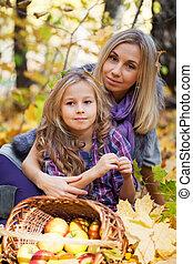 abajo, juego, hija, parque, follaje de otoño, mamá, caído, ...