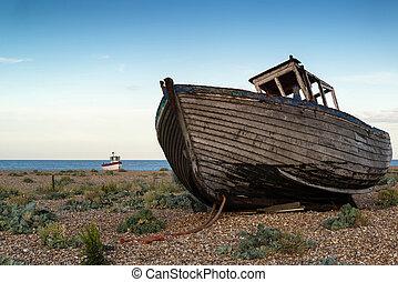 abandonado, barco de pesca, en, playa, paisaje, en, ocaso