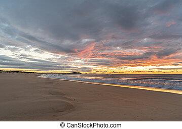 abandonado, playa, en, salida del sol