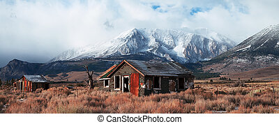 Abandoned House in Highway 395 - Highway 395 is a scenic...