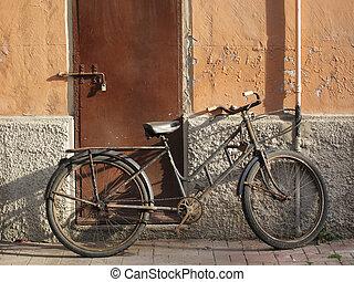 abandonnés, vieux, rouillé, vélo, penchement mur