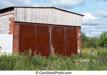 abbandonato, arrugginito, grande, coperto, cancello, entrata, erba, hangar