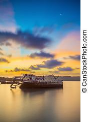 abbandonato, peschereccio, a, tramonto, thailand.