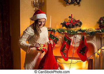 abeto, ahorcadura, joven, regalos, poniendo, madre, medias, ...