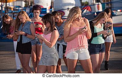 abgelenkt, mädels, texting