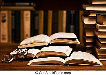 abierto, libro, acostado, en, el, estante libros