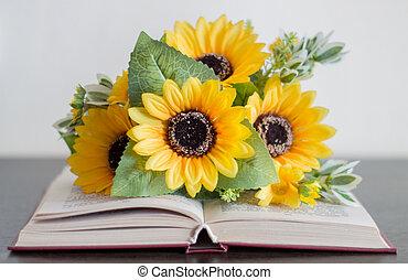 abierto, libro, con, flores, en, un, madera, mesa.