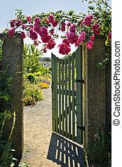 abierto, puerta de jardín, con, rosas