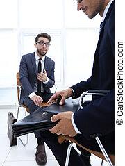 abito uomo affari, cartella, presa a terra, carte